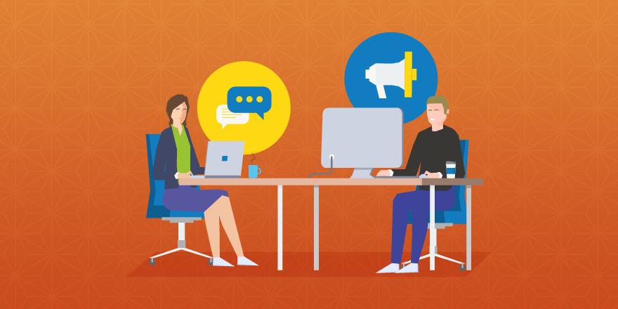 два сотрудника, сидящие за столами, представляющие использование CRM и программного обеспечения для автоматизации маркетинга